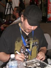 Joe Benitez en pleine séance de dédicace pour son comic book