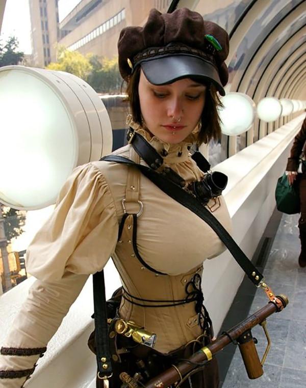 Une cosplayeuse porte une paire de lunettes steampunk autour du cou
