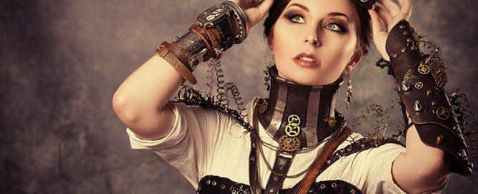 Une femme en tenue steampunk réfléchit à la meilleure façon de porter ses goggles