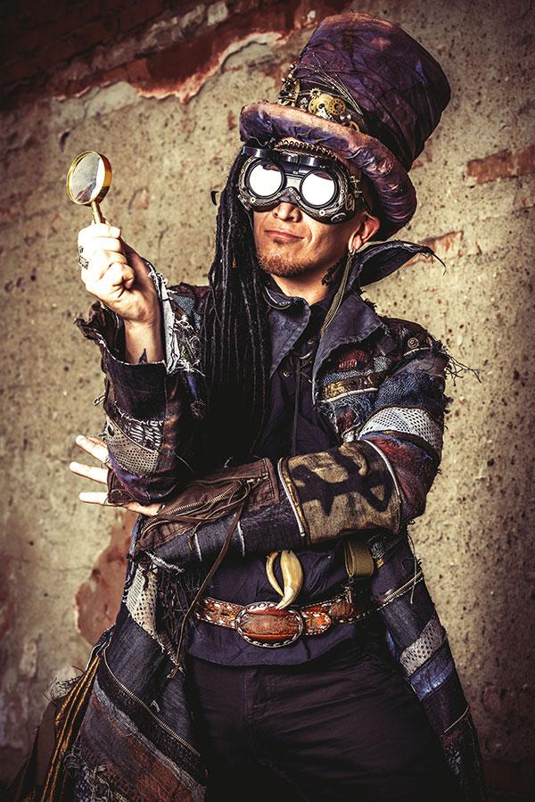 Un cosplayeur steampunk porte des goggles sur les yeux