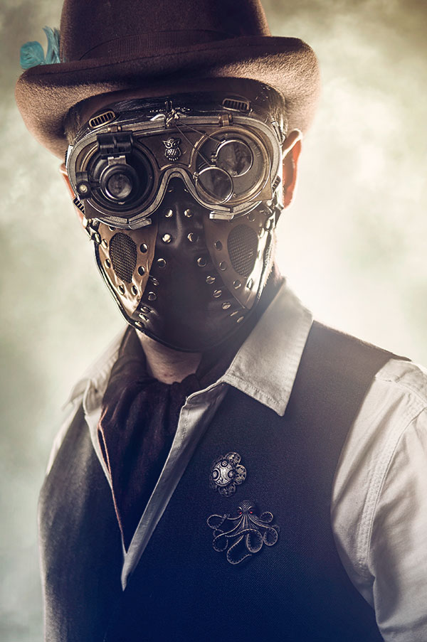 Un cosplayer porte un masque steampunk